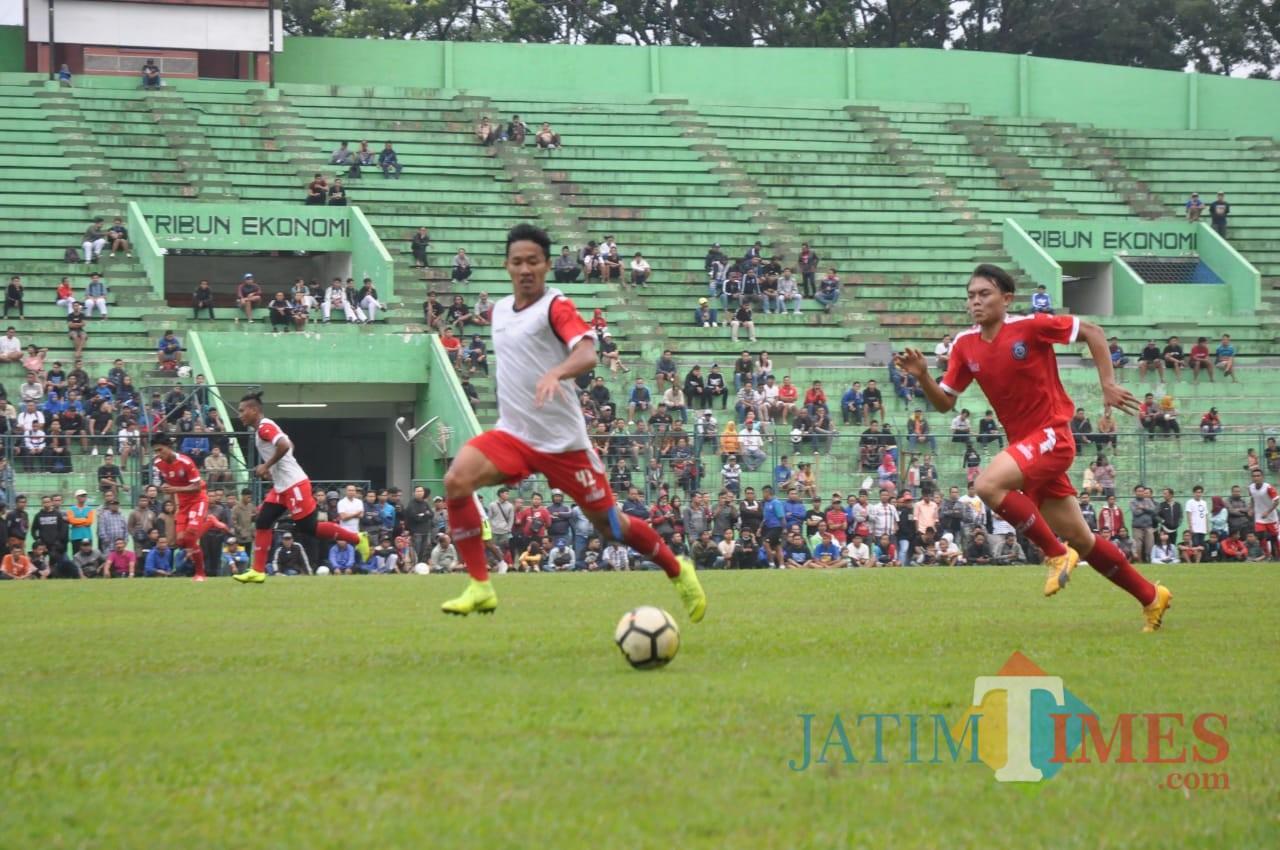 Aremania terlihat melingkari lapangan Stadion Gajayana saat Arema FC latihan. (Luqmanul Hakim)
