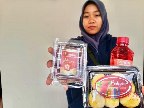 Bakpia, jenang, dan minuman sari stroberi produk unggulan di Kampung StroberiDesa Pandanrejo, Kecamatan Bumiaji. (Foto: Irsya Richa/MalangTIMES)