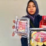 Bakpia, jenang, dan minuman sari stroberi produk unggulan di Kampung Stroberi�Desa Pandanrejo, Kecamatan Bumiaji. (Foto: Irsya Richa/MalangTIMES)