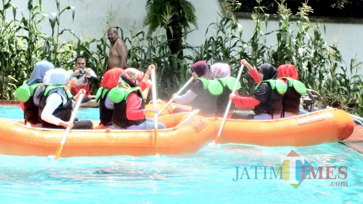 Beberapa peserta saat menerima edukasi water rescue di Posko BPBD Kota Batu. (Foto: Istimewa)