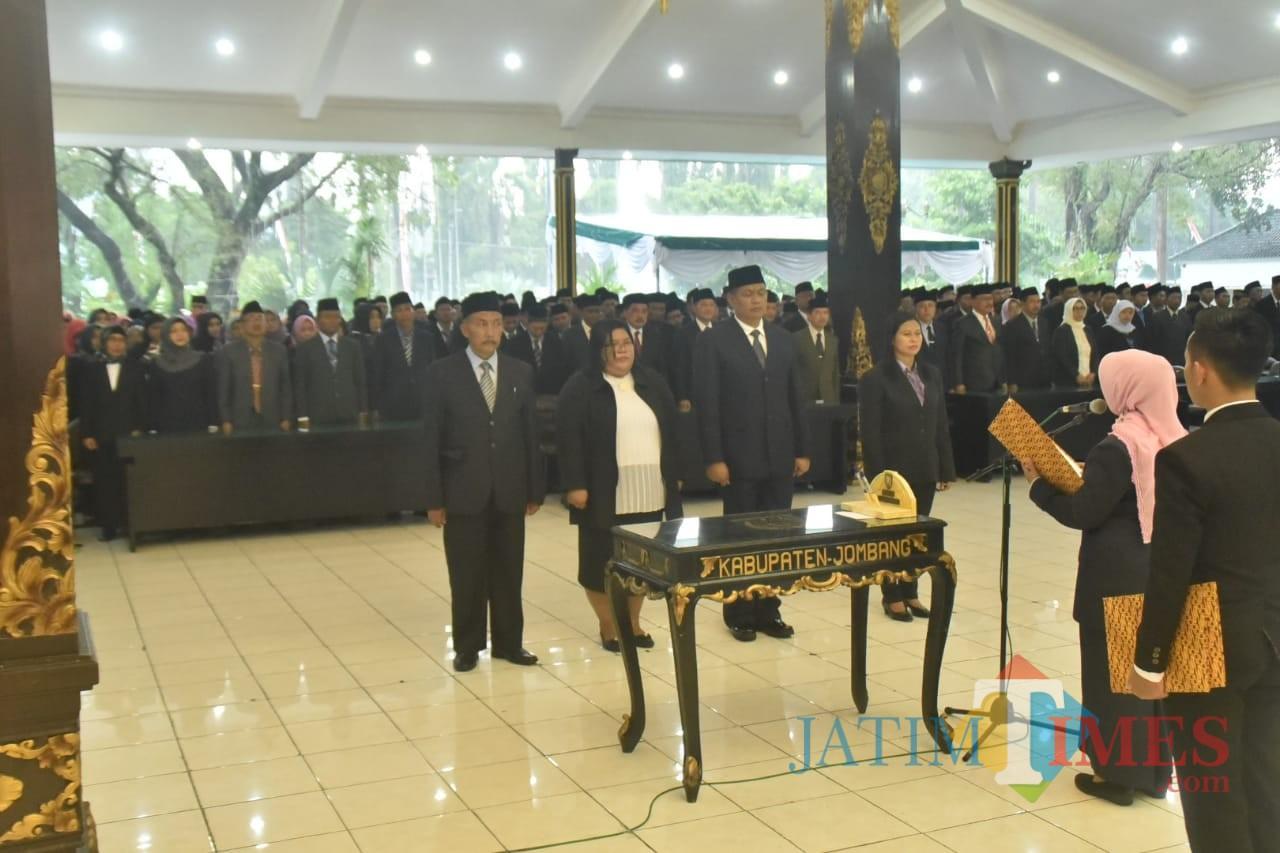 Bupati Jombang Hj Mundjidah Wahab saat membacakan sumpah dan janji pada pelantikan para pejabat di lingkup Pemkab Jombang. (Foto : Adi Rosul / JombangTIMES)