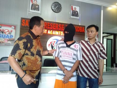 Diki Ardiansyah (tengah) saat digelandang ke Satreskrim Polres Malang, setelah kedapatan menjadi pecandu narkoba, Kabupaten Malang (Foto : Istimewa)