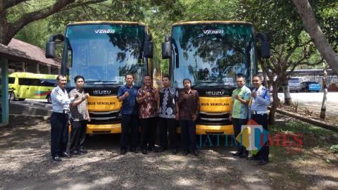 Dua bus sekolah diterima Dinas Perhubungan Trenggalek. / Foto : Rudi Yunirianto / Trenggalek TIMES