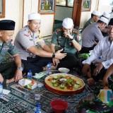 Kapolres Kediri AKBP Roni Faisal Saiful Faton dan Dandim 0809 Kediri Letkol Kav Dwi Agung Nampak makan tumpeng bersama. (Foto: B. Setioko/JatimTIMES)