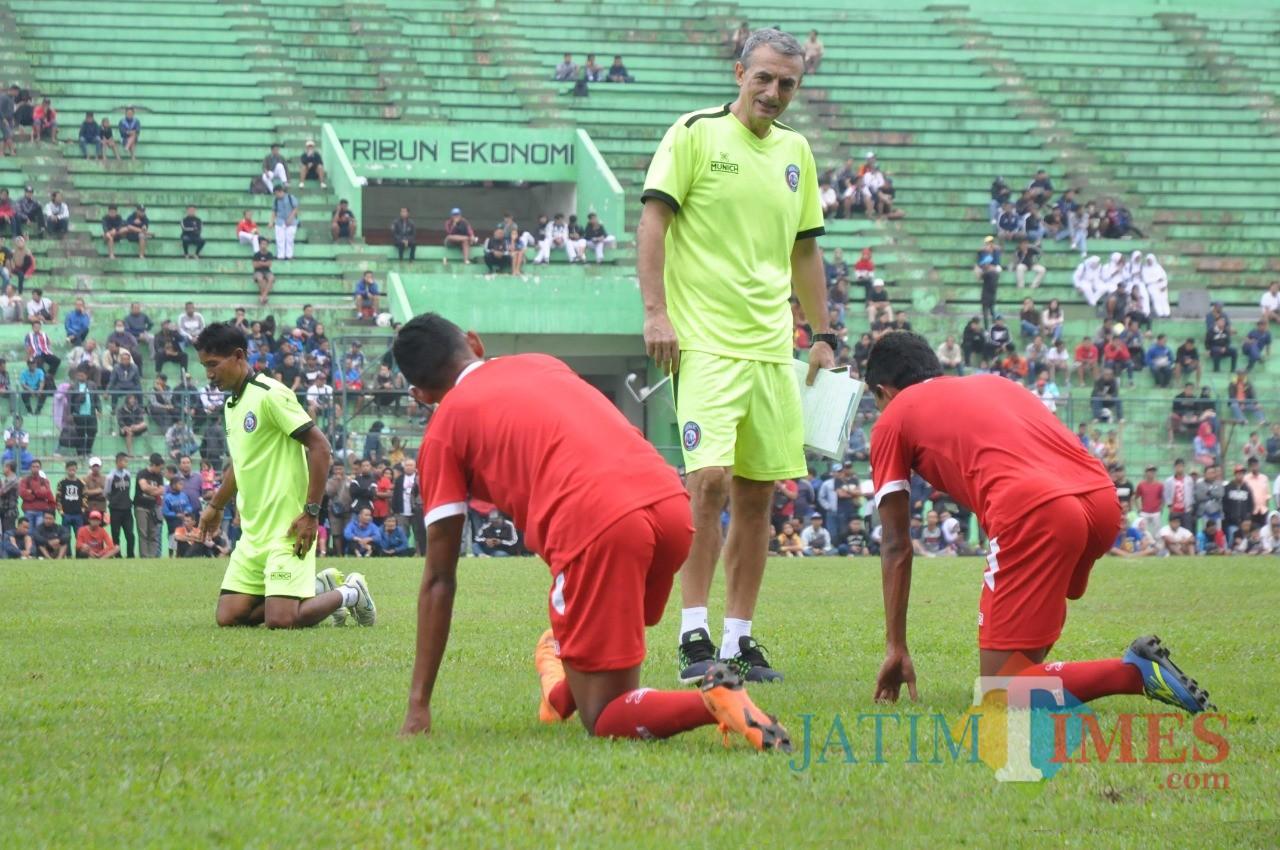 Milomir Seslija saat memimpin latihan Arema FC (Luqmanul Hakim)