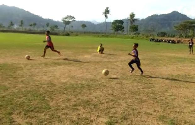 Sejumlah anak bermain bola di lapangan yang baru saja selesai diperbaiki.