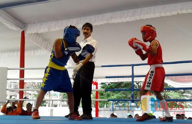 SALING PUKUL: Atlet tinju anak-anak bertarung tiga ronde dalam kejurda tinju di Balai Kota Among Tani Kota Batu, Senin (11/4/2016). (Foto: Nurliana Ulfa/BatuTIMES)