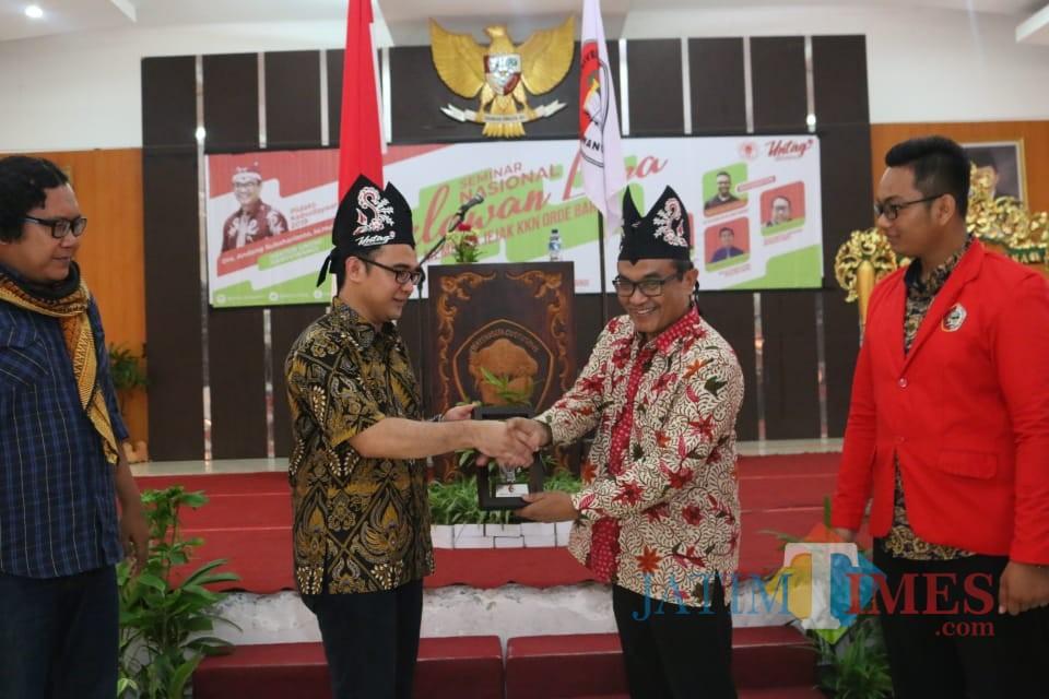 Rektor Untag Andang Subahariyanto memberikan Cinderamata kepada salah satu narasumber dalam saat membuka seminar