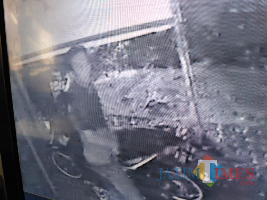 Rekaman CCTV saat perusakan banner (Foto : Moch. R. Abdul Fatah / Jatim TIMES)