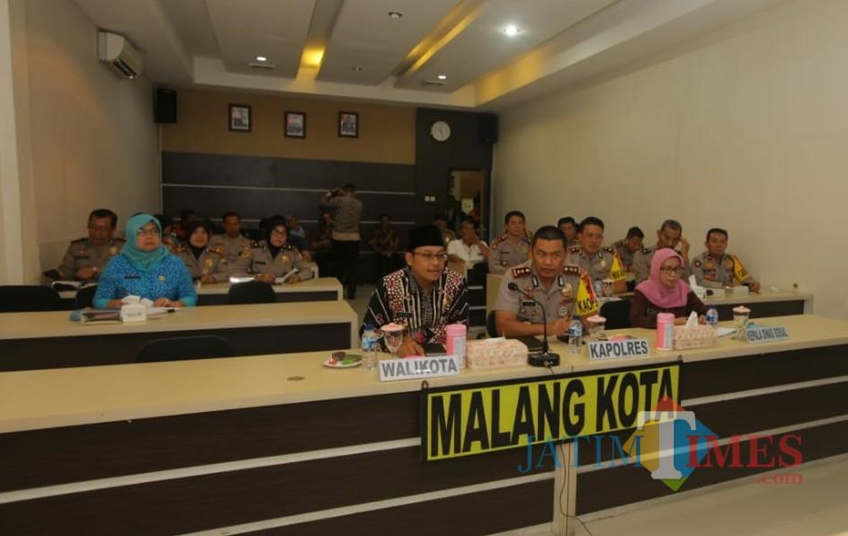 Suasana konferensi video antara Pemkot Kota Malang dan Polres Malang Kota bersama Kementerian Sosial dan kapolri. (Foto: Nurlayla Ratri/MalangTIMES)