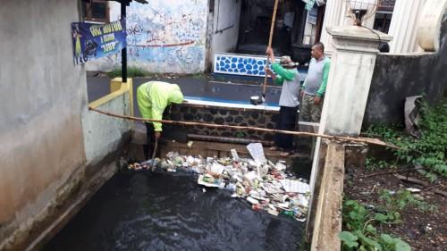 Tumpukan sampah yang ada di aliran air kawasan Klaseman, Kota Malang, dibersihkan oleh petugas untuk menghindari banjir dan genangan air. (Istimewa)