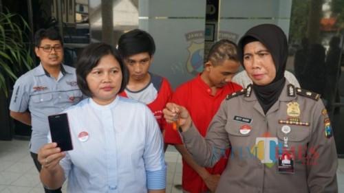 Unit PPA Satreskrim Polrestabes Surabaya saat merilis pelaku