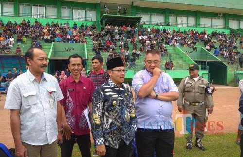 Wali Kota Malang Drs Sutiaji (peci hitam) bersama General Manager Arema FC Ruddy Widodo (kemeja biru) saat bertemu di Stadion Gajayana (foto: Hendra Saputra/ MalangTIMES