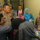Wali Kota Malang Sutiaji (mengenakan kopiah hitam) saat menemui awak media di Polres Malang Kota. (Foto: Nurlayla Ratri/MalangTIMES)