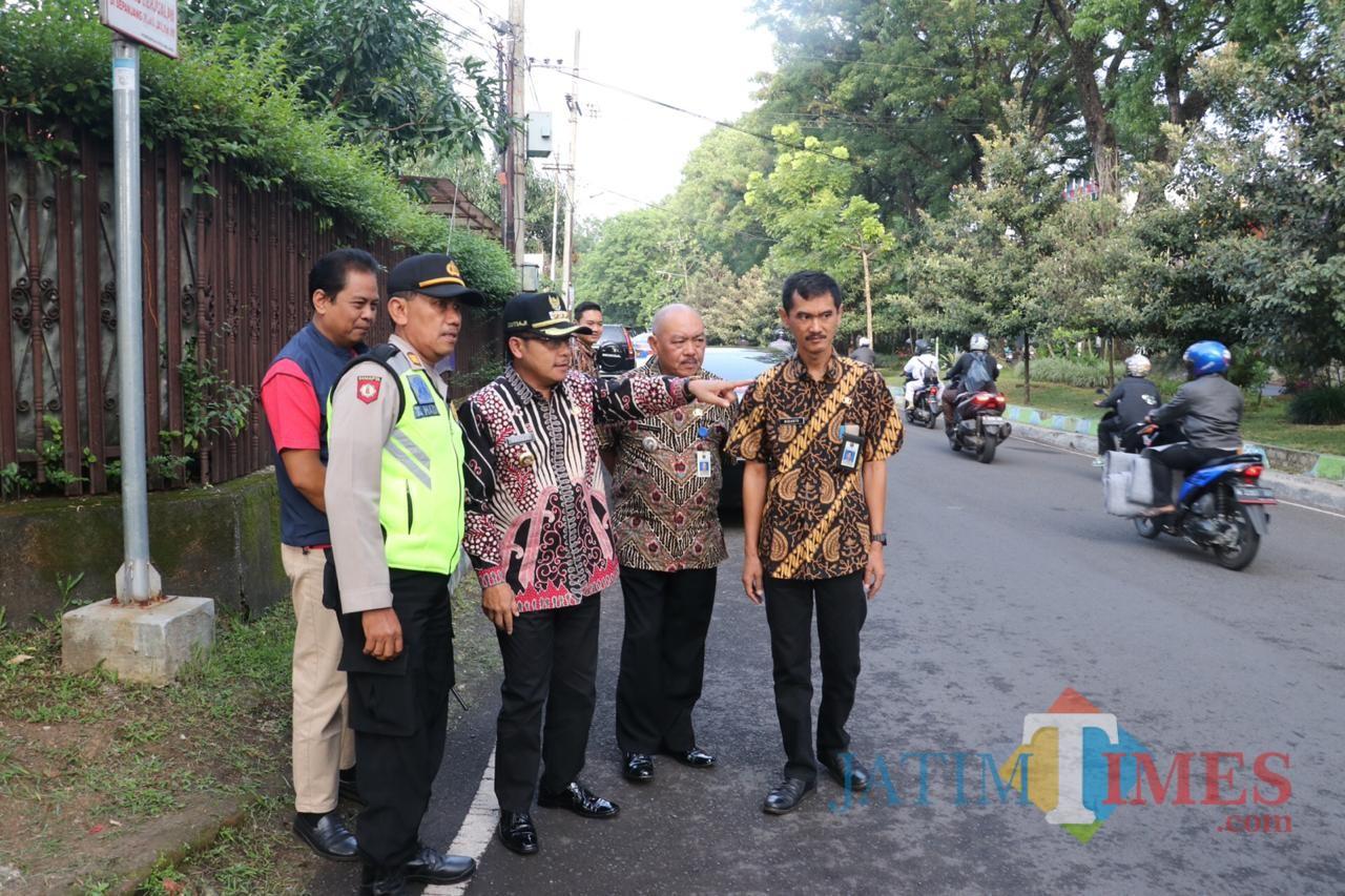 Wali Kota Malang Sutiaji (mengenakan topi hitam) saat memimpin evaluasi rekayasa lalu lintas di Jalan Simpang Ijen. (Foto: Humas Pemkot Malang for MalangTIMES)