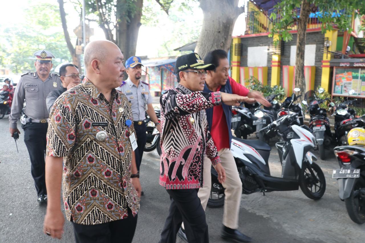 Wali Kota Malang Sutiaji (tengah) saat meninjau macet Jl Bandung. (@sutiaji1946).