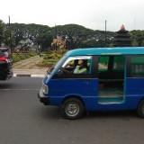 Ilustrasi sebuah angkot yang melintas di depan Balai Kota Malang tampak lengang dengan sedikit penumpang. (Foto: Nurlayla Ratri/MalangTIMES)