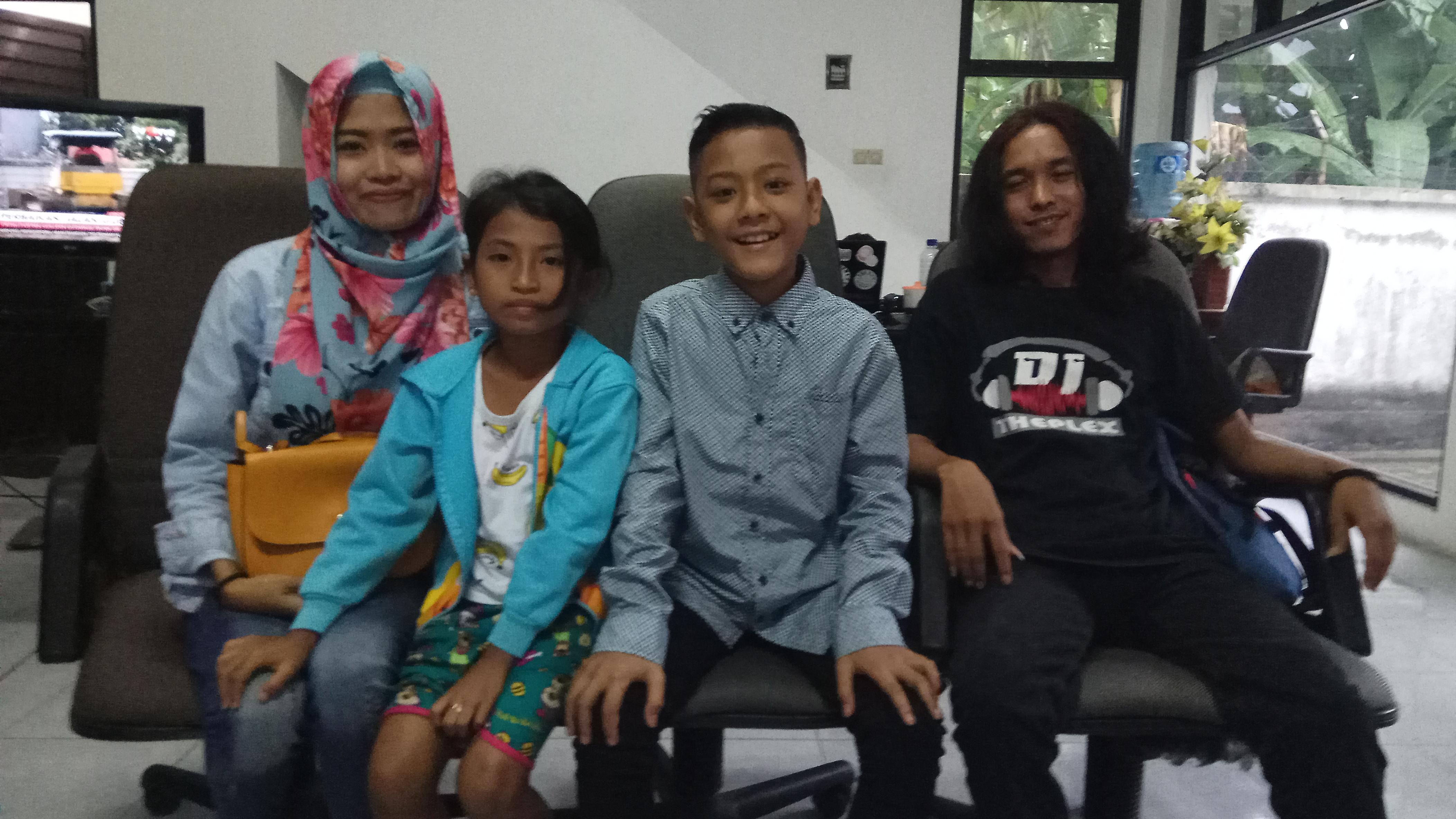 Daeren Okta Ragilio (dua dari kanan) bersama Muhtadin (paling kanan) dan keluarga