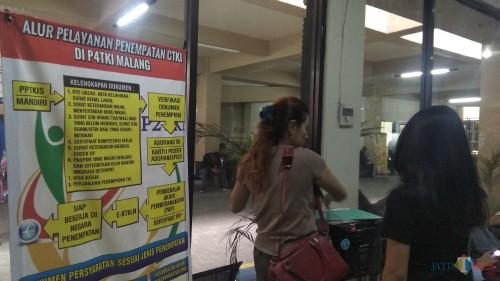 Informasi alur pengurusan berkas keimigrasian terkait pembuatan paspor bagi calon tenaga kerja Indonesia di Kantor Imigrasi Kelas I TPI Malang. (Foto: Nurlayla Ratri/MalangTIMES)