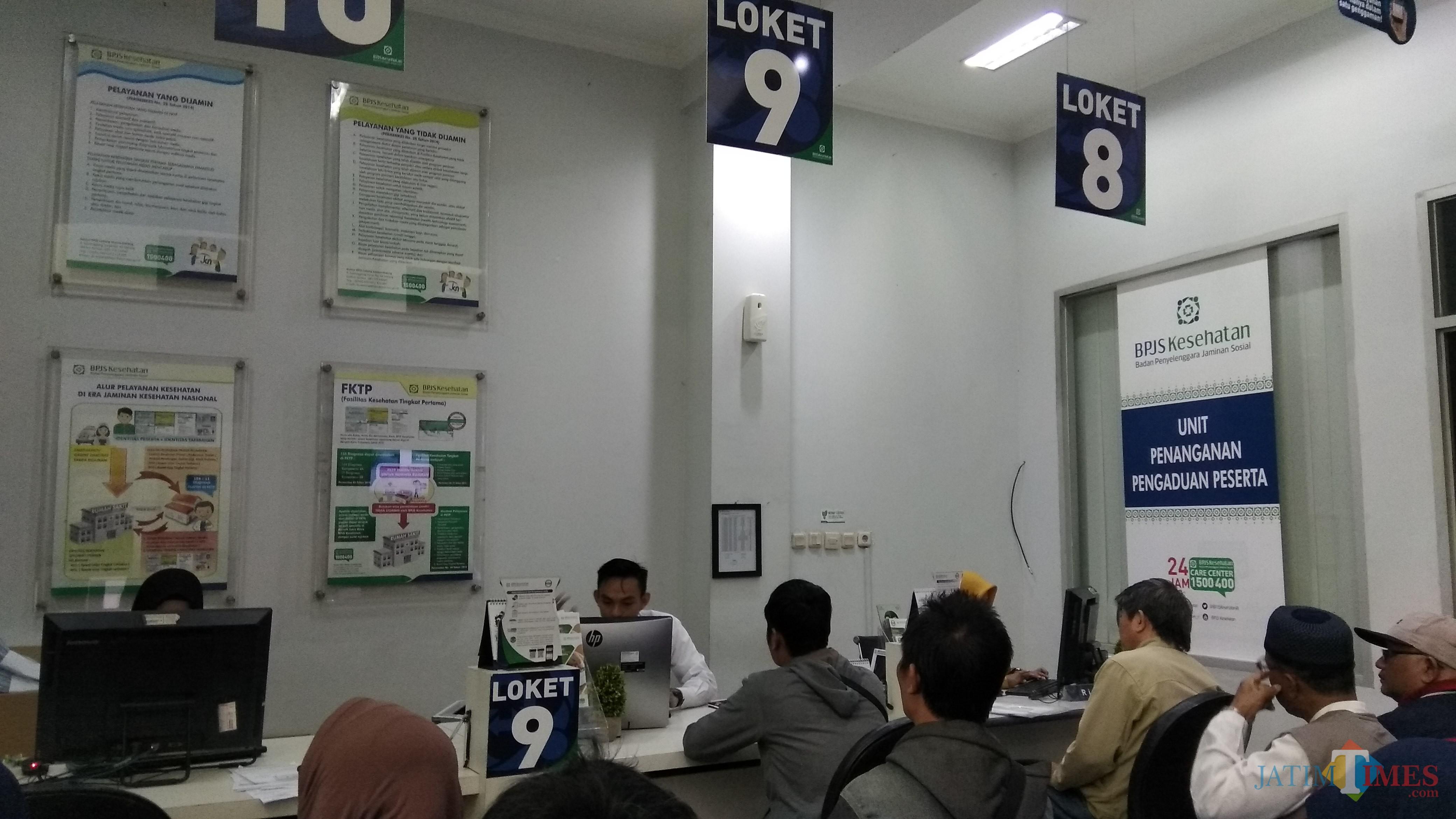 Warga tengah melakukan pendaftaran kepesertaan BPJS Kesehatan di Kantor Cabang Malang di Jalan Tumenggung Suryo, Kota Malang. (Foto: Nurlayla Ratri/MalangTIMES)