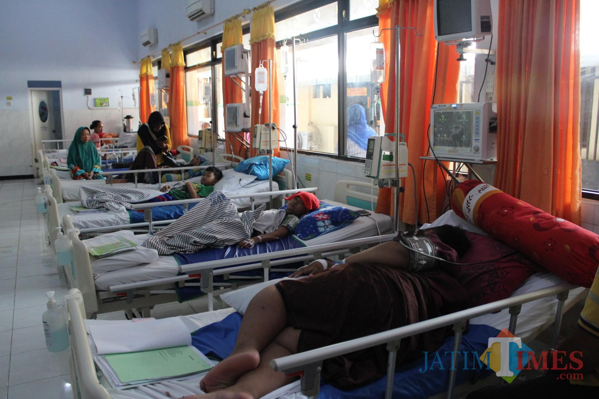 Kondisi pasien di ruang Seruni RSUD Jombang  yang diduga terkena DBD. (Foto : Adi Rosul / JombangTIMES)