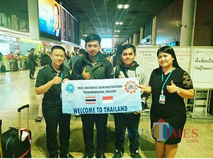 Dua mahasiswa Unisba Blitar (tengah) bersama perwakilan Thai Business Administration Terchnological College