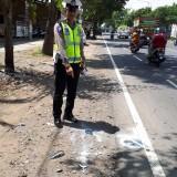 Petugas Kepolisian menunjukkan lokasi kecelakaan yang merenggut satu nyawa