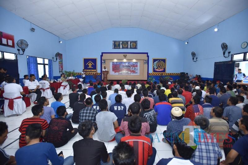 Situasi cangkrukan Polri, TNI dan Napi Rutan Situbondo (Foto Sony Haryono/ Situbondo TIMES)