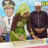 Bupati Jembet dr. Hj. Faida MMR saat menandatangani prasasti peresmian SMP Assuniyah Kencong