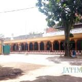 Masjid dan halaman utama Ponpes Mambaul Hikam Udanawu.(Foto : Aunur Rofiq/BlitarTIMES)