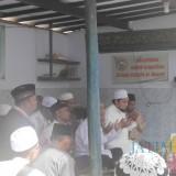 Tampak KHR. Ahmad Azaim Ibrahimy Pengasuh Ponpes Salafiyah Safiiyah Sukorejo saat mendoakan almarhum Gus Faqih (Foto Heru Hartanto / Situbondo TIMES)