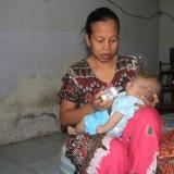Ahmas Husen bayi tanpa anus digendong ibunya (Agus Salam/Jatim TIMES)