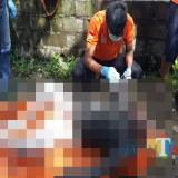 Petugas saat melakukan evakuasi jenazah mayat yang ditemukan mengapung di Sungai Molek, Kecamatan Kepanjen (Foto : Polsek Kepanjen for MalangTIMES)