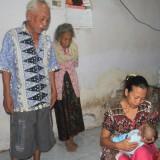 Ahmad Husen tengah digendong ibunya diperhatikan kakek neneknya  (Agus Salam/Jatim TIMES)