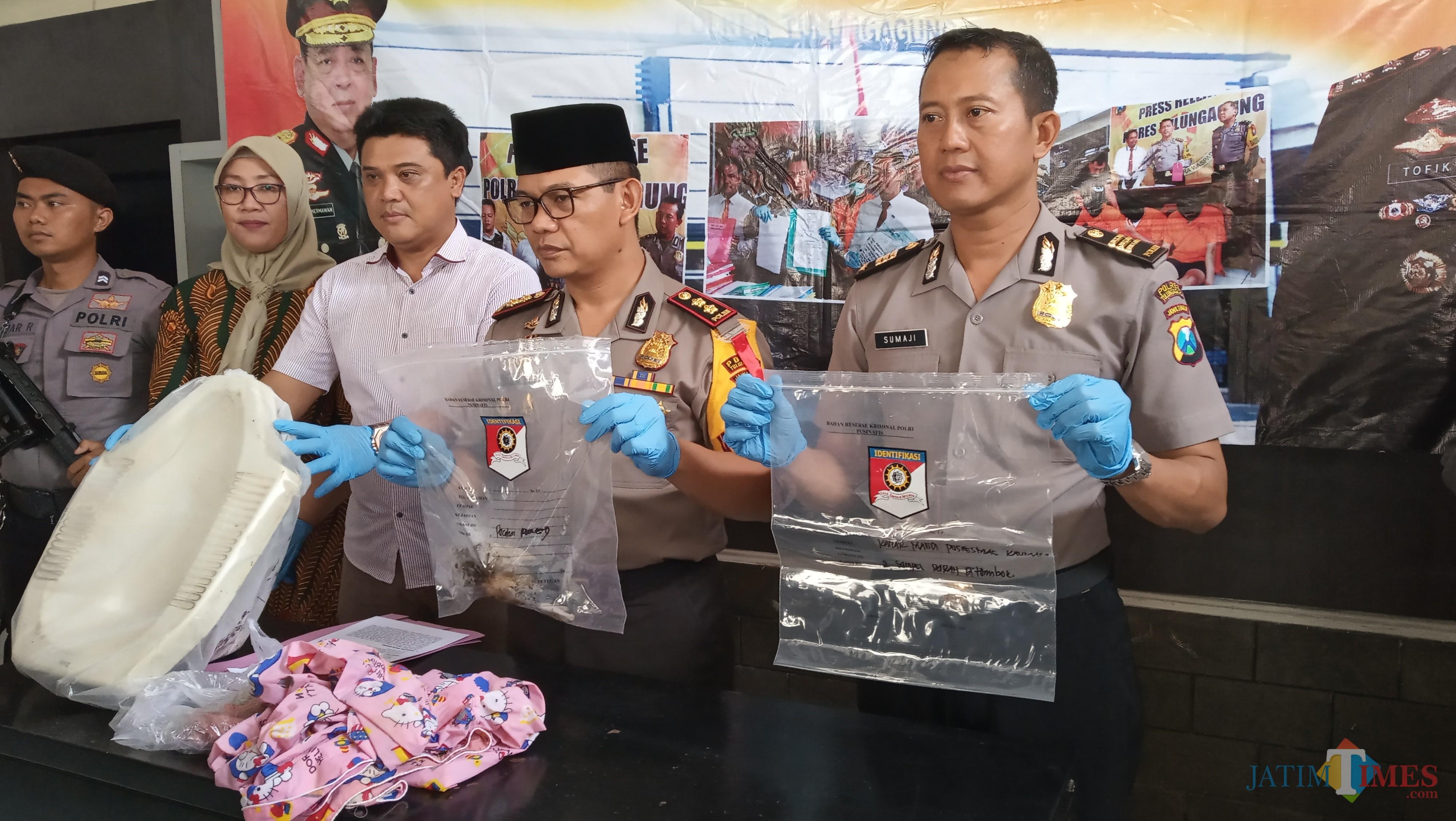 Kapolres (tengah) saat tunjukan barang bukti pembuangan bayi dalam kloset beberapa waktu lalu (foto : Joko Pramono/JatimTIMES)