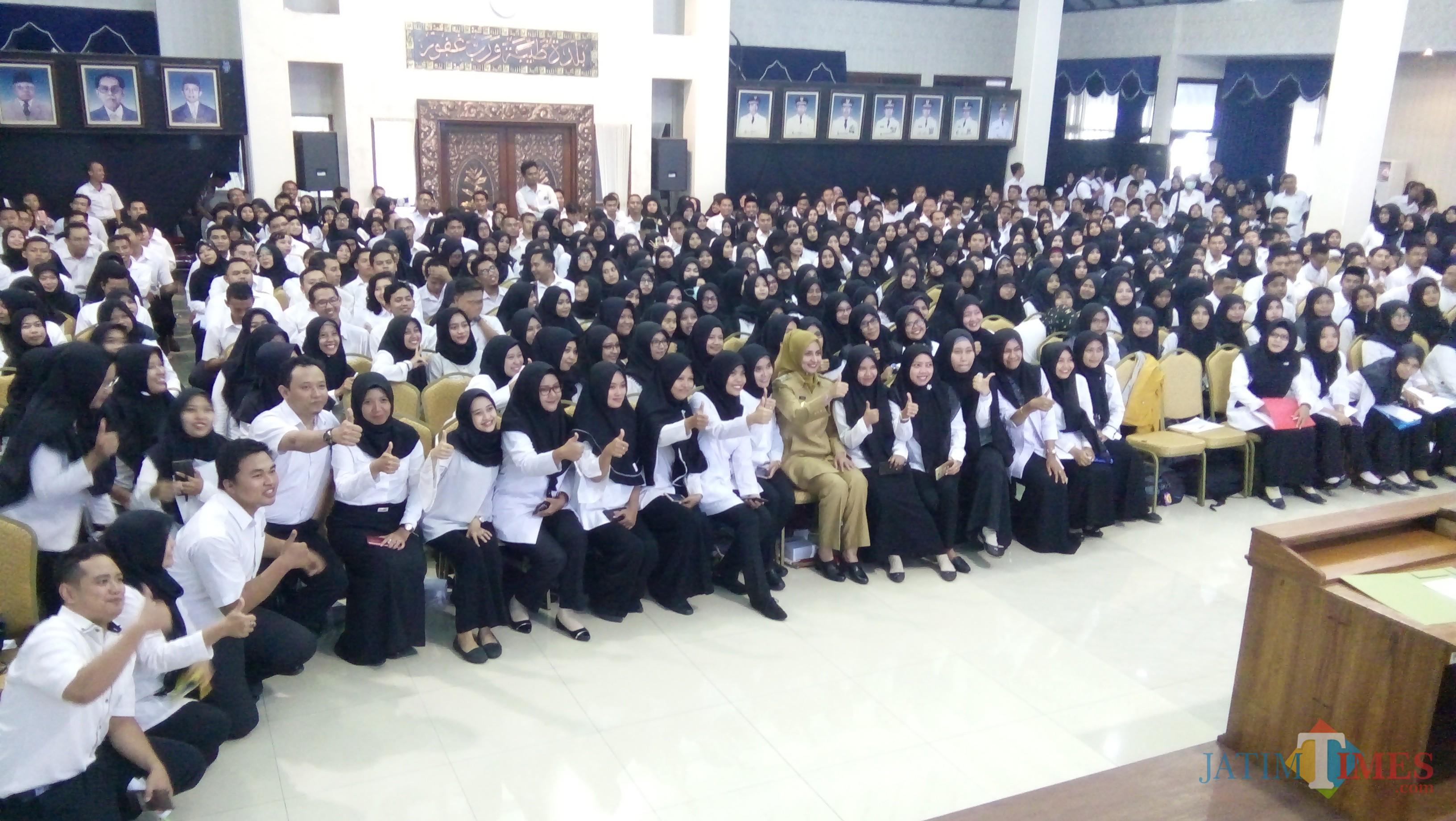 Bupati Jember dr. Hj. Faida MMR diantara ratusan CPNS saat foto bersama usai memberikan pengarahan (foto : Moh. Ali Makrus / Jatim TIMES)