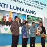Anugerah Nirwasita Tantra diserahkan oleh Wapres Jusuf Kalla kepada Thoriqul Haq. (Foto: Istimewa)
