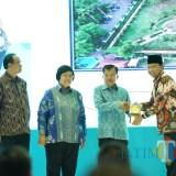 Bupati Pasuruan menerima Piala Adipura.