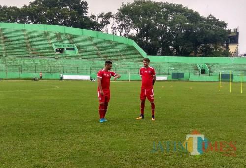 Robert Lima Guimaraes (kiri) dan Pavel Smolyachenko saat menjalani latihan bersama tim Arema FC (Hendra Saputra)