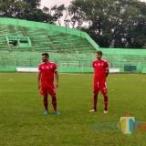 Dua pemain asing baru Arema FC, Robert Lima Guimaraes (kiri) dan Pavel Smolyachenko. (Hendra Saputra)