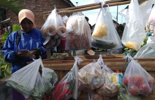 Para pedagang eceran masih bergantung pada kantong plastik untuk mengemas dagangan. (Foto: Nurlayla Ratri/MalangTIMES)