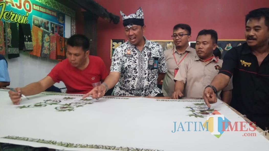 Kalapas Banyuwangi menunjukkan proses pembuatan Bagajo Jeruji kepada pengurus PWI
