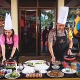 Kapolres Batu AKBP Hermanto (kanan) bersama Ketua Bhayangkari Kota Batu Enic Budi Hermanto saat memasak di halaman Polres Batu,Senin (14/1/2019). (Foto: istimewa)
