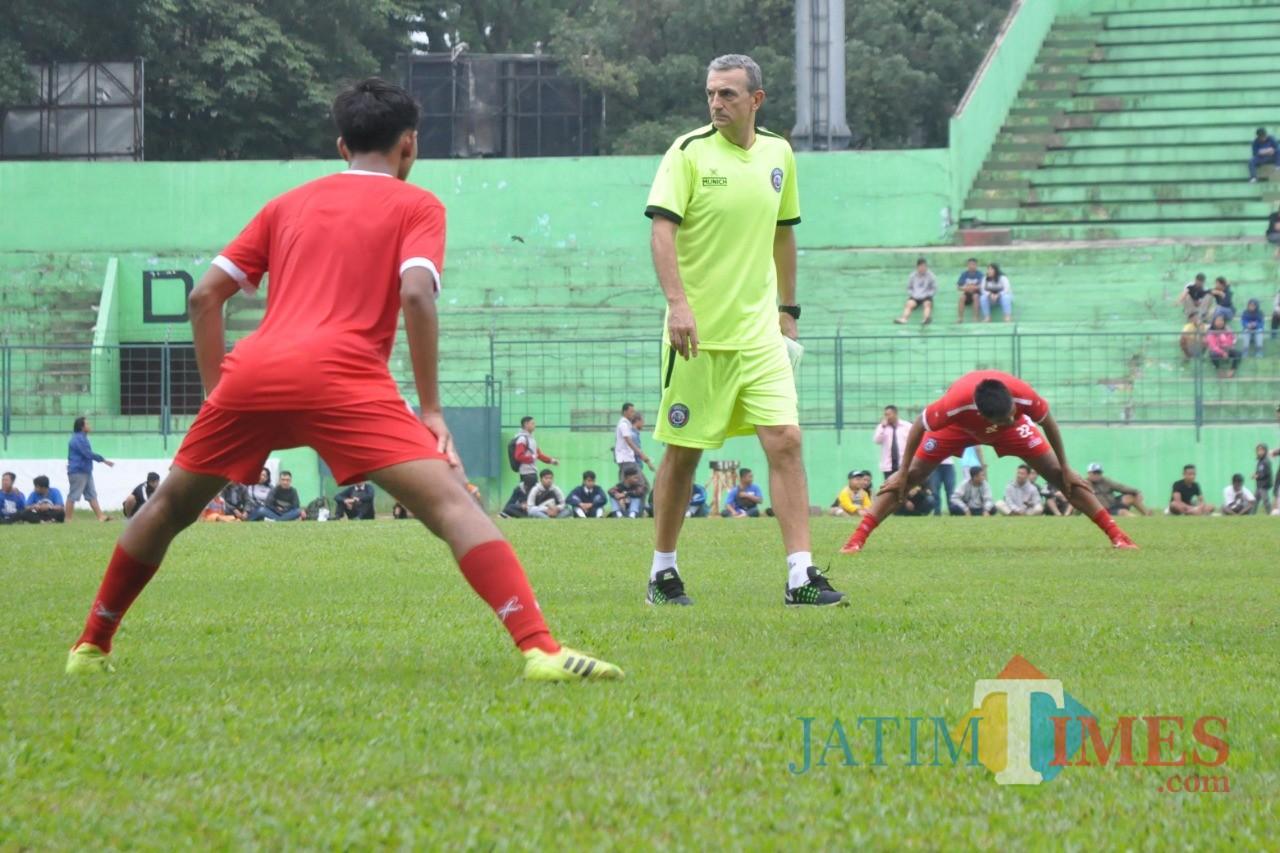 Pelatih Kepala Arema FC, Milomir Seslija saat memantau pemainnya berlatih (Luqmanul Hakim)