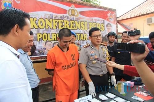 Pelaku dan barang bukti diamankan Polres Blitar Kota.(Foto : Team BlitarTIMES)