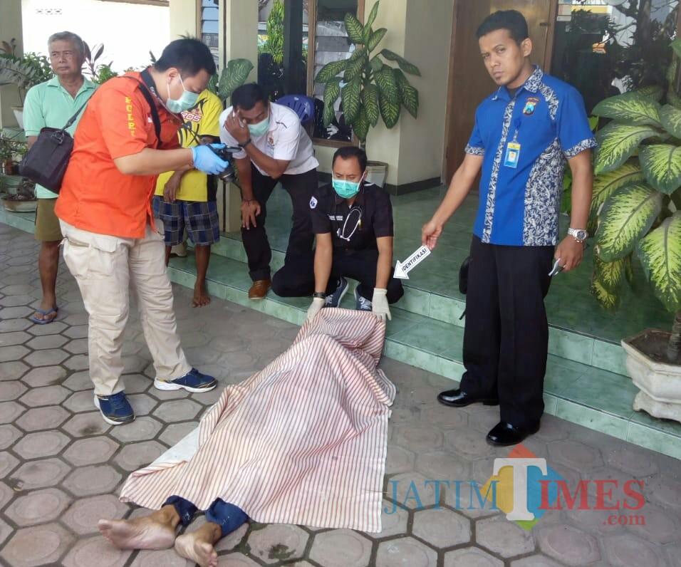 Petugas lakukan olah TKP di tempat tewasnya Gianto di Bago (Foto : Dokpol / TulungagungTIMES)