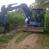 Salah satu alat berat tengah melakukan perbaikan infrastruktur jalan