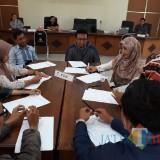 Sejumlah calon relawan demokrasi saat melakukan seleksi wawancara. (Foto : Adi Rosul / JombangTIMES)
