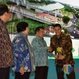 Walikota Kediri Abdullah Abu Bakar menerima piala Adipura yang diberikan oleh Wakil Presiden Jusuf Kalla. (ist)