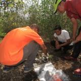 Tim Identifikasi menemukan tas yang sudah lapuk dan robik di sisi timur penamuan rangkka manusia (Agus Salam/Jatim TIMES)